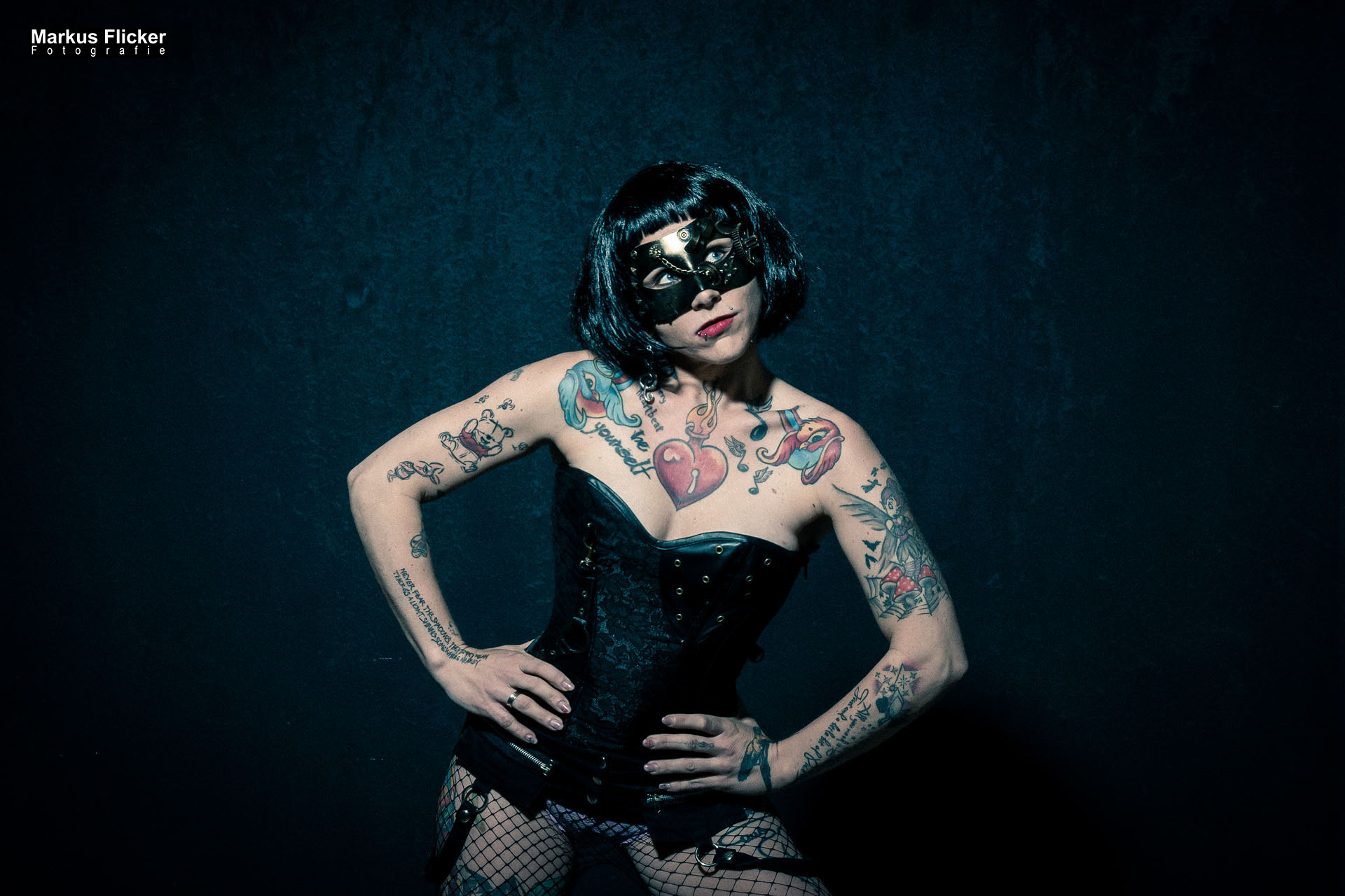 Burlesque Dessous mit Maske Model Elke Little Crazyinkedgirl Tattoomodel
