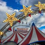 Der Zirkus ist in der Stadt