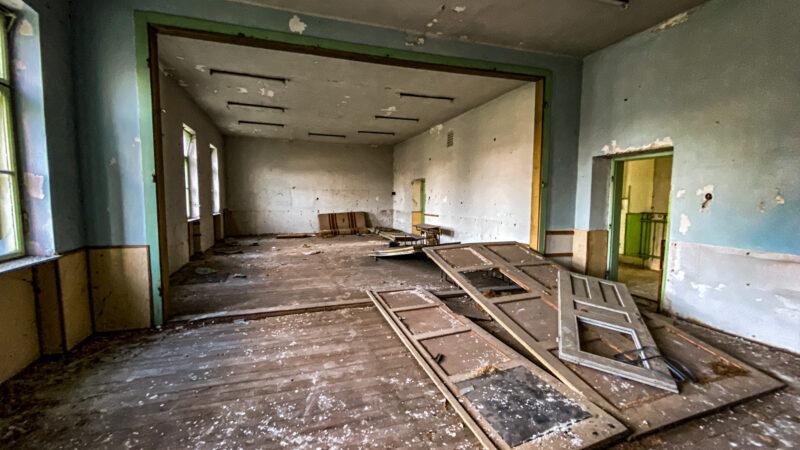 Lost Place Fotografie Schule an der Hauptstraße in Ungarn