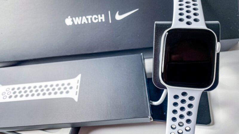 Unboxing & Konfiguration Video Apple Watch SE Nike Aluminium 44mm Silber MYYH2FD/A inkl. Ladestation Charging Dock Station